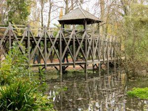 pont en bois dans le parc du clos lucé